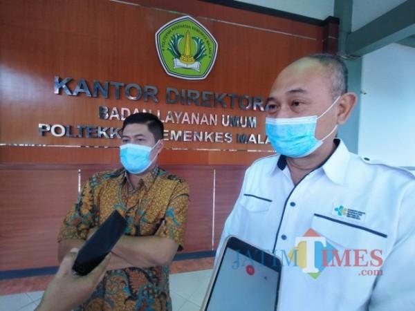 Kepala Disdikbud Kota Malang, Suwarjana SE MM (kiri) dan Direktur Polkesma Malang Budi Susatia SKp MKes (Anggara Sudiongko/MalangTIMES)