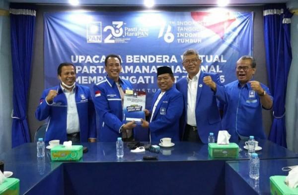 Ketua DPD PAN Kota Malang Lookh Makhfudz (tengah pakai kopiah) saat penyerahan SK jabatan di kantor DPW PAN Jawa Timur. (Foto: Instagram @pan_jatim).