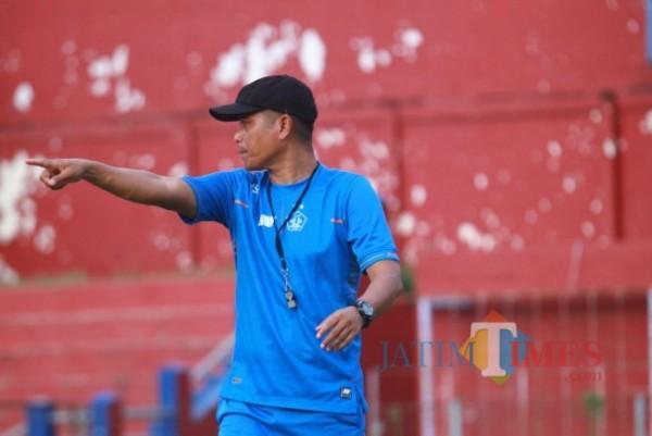 Pelatih Persik Joko Susilo saat melatih di stadion Brawijaya. (ist)