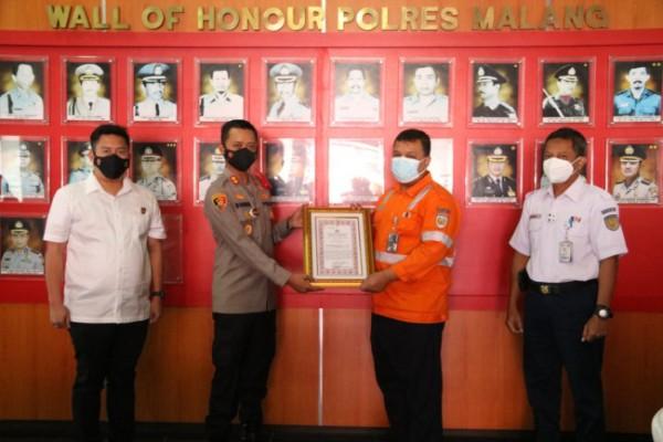 Perwakilan PT KAI Daop 8 Surabaya saat memberikan penghargaan kepada Kapolres Malang AKBP Bagoes Wibisono (foto: Humas Polres Malang for MalangTIMES)