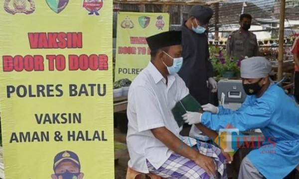Salah satu lansia yang mendapatkan vaksinasi dari tim urkes Polres Batu di Desa Bulukerto, Kecamatan Bumiaji, Kota Batu. (Foto: Irsya Richa/MalangTIMES)