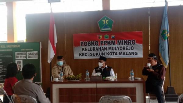 Wakil Wali Kota Malang Sofyan Edi Jarwoko (pakai rompi hitam) saat mengunjungi posko PPKM Mikro Kelurahan Mulyorejo, Kecamatan Sukun, Kamis (26/8/2021). (Foto: Istimewa).