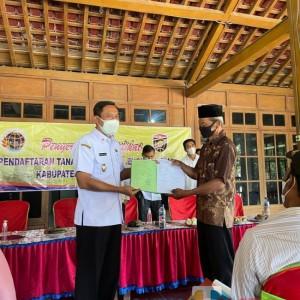 Wabub Ngawi Serahkan Sertifikat Program PTSL Bagi Warga Desa Bangunrejo Kidul