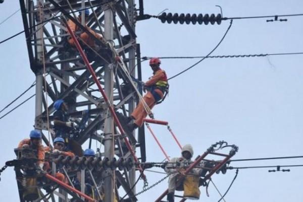 Ilustrasi petugas PLN saat melakukan pembenahan di kerusakan pada gardu induk listrik milik PLN. (Foto: Kompas.com)
