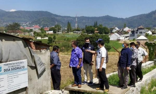 Pemkot Batu bersama komisi A dan C DPRD Kota Batu meninjau lokasi rencana jalan tembus di kawasan Desa Sidomulyo, Kecamatan Batu, Kota Batu, Jumat (27/8/2021). (Foto: istimewa)