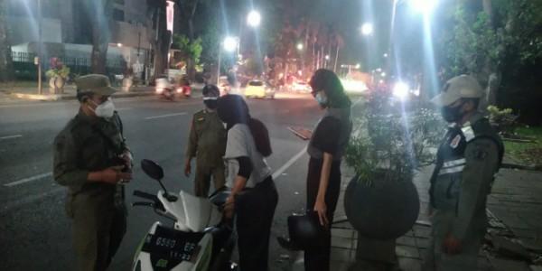 Satpol PP Kota Malang saat memberi imbauan kepada masyarakat agar segera meninggalkan tempat berkumpul (foto: Satpol PP Kota Malang for MalangTIMES)