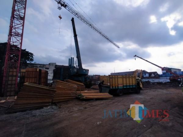 Suasana proyek pembangunan MCC (foto: Anggara Sudiongko/ MalangTIMES)
