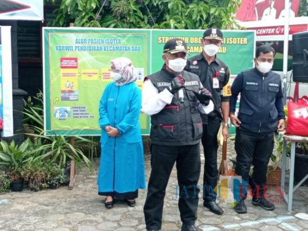 Bupati Malang HM Sanusi (baju putih dengan rompi hitam) bersama Forkopimda Kabupaten Malang saat meninjau isoter Kecamatan Dau. (foto: Hendra Saputra/MalangTIMES)