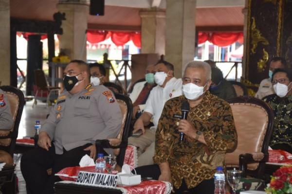 Bupati Malang HM Sanusi saat menyampaikan paparannya dalam rakor vaksinasi di Pendapa Agung Kabupaten Malang. (foto: Humas Pemkab Malang for MalangTIMES)
