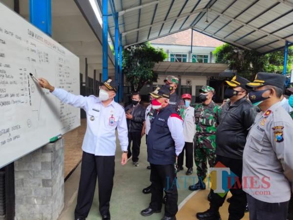 Bupati Malang HM. Sanusi didampingi forkopimda saat meninjau salah satu lokasi isoter.(Foto: Riski Wijaya/MalangTIMES)
