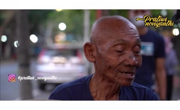 Kakek yang tinggal di becak selama 7 tahun (Foto: Youtube Pratiwi Noviyanthi)