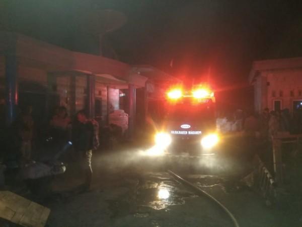 Petugas pemadam kebakaran saat datang di lokasi kejadian.(foto: istimewa)