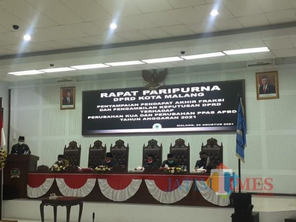 Wali Kota Malang Sutiaji saat berbicara di rapat paripurna bersama jajaran DPRD Kota Malang, Rabu (25/8/2021). (Foto: Arifina Cahyati Firdausi/JatimTIMES)