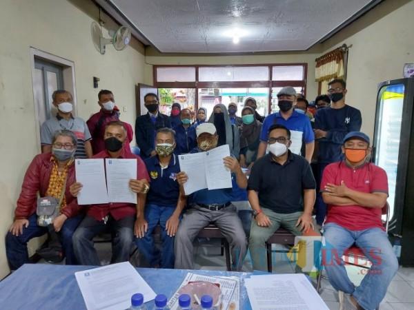 Forum Cabang dan Ranting PAN Kota Malang saat menyatakan penolakannya terhadap SK penunjukan Lookh Makhfudz sebagai Ketua DPD PAN Kota Malang, Minggu (29/8/2021). (Foto: Tubagus Achmad/JatimTIMES)