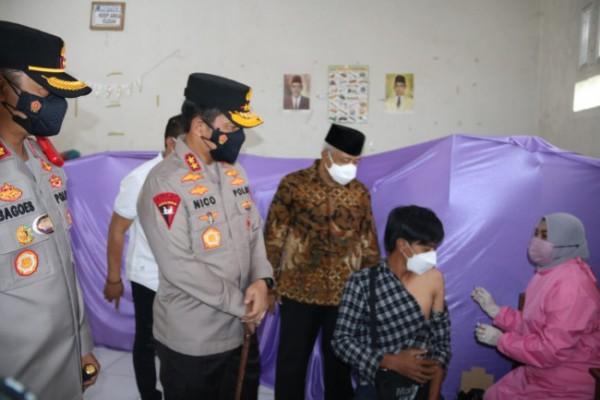 Kapolda Jatim Irjen Pol Nico Afinta didampingi Kapolres Malang AKBP R. Bagoes Wibisono dan Bupati Malang HM. Sanusi saat meninjau pelaksanaan vaksinasi di Pakis Kabupaten Malang.