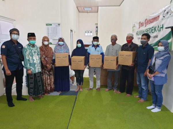 Para pengurus Rumah Sedekah saat memberikan bantuan kepada masyarakat yang terdampak pandemi Covid-19. (Foto: Dok. Rumah Sedekah)
