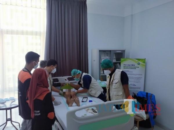 Tim RSI Unisma yang tengah melakukan proses khitan (Anggara Sudiongko/MalangTIMES)