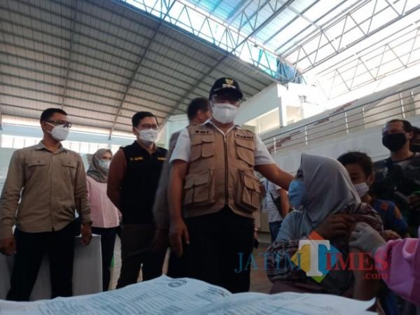 Wakil Wali Kota Malang Sofyan Edi Jarwoko saat meninjau pelaksanaan vaksinasi massal di Gor Ken Arok Kota Malang, Minggu (29/8/2021). (Foto: Tubagus Achmad/JatimTIMES)