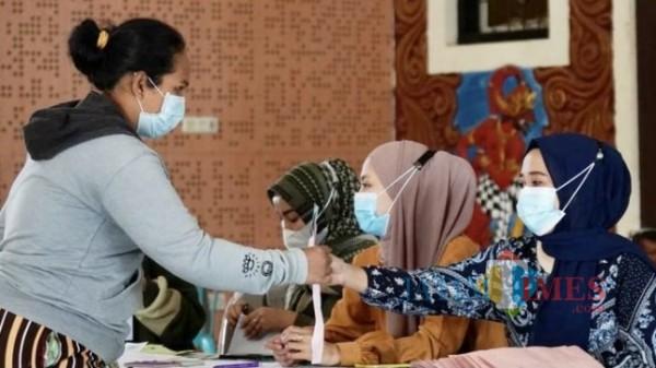 Warga saat menerima bantuan di Kota Batu. (Foto: Irsya Richa/MalangTIMES)