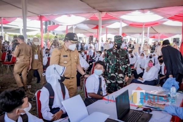 Acara vaksinasi yang digelar oleh Lanud Abdulrahman Saleh Malang bersama Pemkab Jember diikuti oleh ratusan pelajar (foto : istimewa / Jember TIMES)