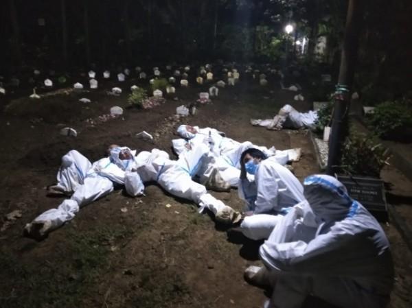 Bablo bersama rekan satu timnya juga tak jarang beristirahat di pemakaman usai memakamkan jenazah pasien Covid-19 atau hanya sekedar menunggu pemakaman selanjutnya (Foto: Istimewa).