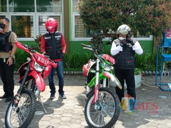 Bupati Malang HM. Sanusi (kanan) bersama Sekretaris Daerah (Sekda) Kabupaten Malang Wahyu Hidayat saat bersiap mengendarai trail untuk kunjungi isoter (foto: Hendra Saputra/MalangTIMES)