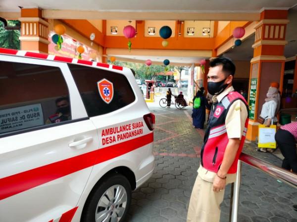 Edi Haryanto saat masih mengenakan pakaian dinas dan mengantar pasien ke rumah sakit (foto: istimewa)