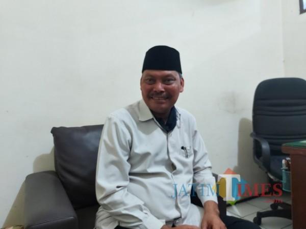 Kepala Kantor Urusan Agama (KUA) Kecamatan Lowokwaru Kota Malang Anas Fauzie (51) saat ditemui di ruangannya, Senin (30/8/2021). (Foto: Tubagus Achmad/JatimTIMES)