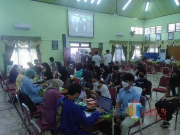 Pelaksanaan vaksinasi pelajar di SMAN 2 Kota Malang, Rabu (4/8/2021). (Foto: Anggara Sudiongko/JatimTIMES)