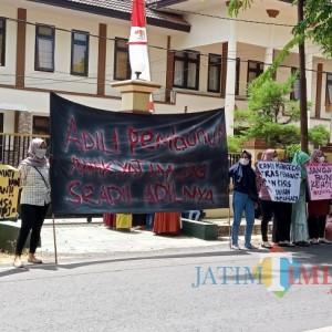 Keluarga Korban Pembunuhan Anak di Sumenep Demo Tuntut Terdakwa Divonis Mati