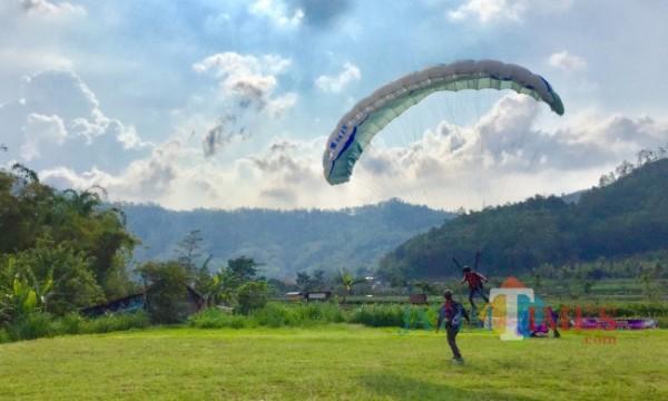 Salah satu atlet sedang melakukan latihan di lapangan Songgomaruto, Kelurahan Songgokerto, Kecamatan Batu, Kota Batu. (Foto: Irsya Richa/MalangTIMES)