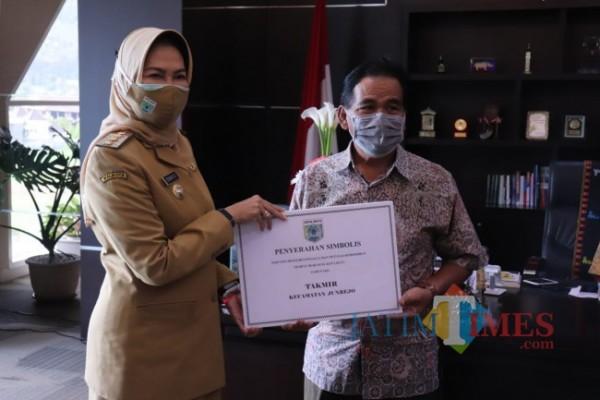Secara simbolis Wali Kota Batu Dewanti Rumpoko menyerahkan insentif tersebut kepada perwakilan penjaga tempat ibadah di masing-masing kecamatan di ruangan Wali Kota Batu, lantai 5, Balai Kota Among Tani, Senin (30/8/2021).