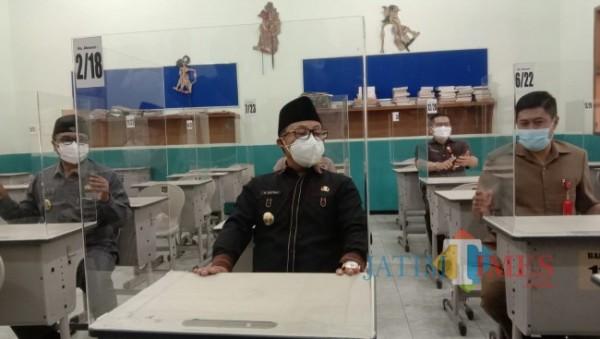 Wali Kota Malang Sutiaji (berkopiah) saat meninjau kesiapan pembelajaran tatap muka (PTM) di salah satu sekolah di Kota Malang, Senin (30/8/2021). (Arifina Cahyanti Firdausi/MalangTIMES).
