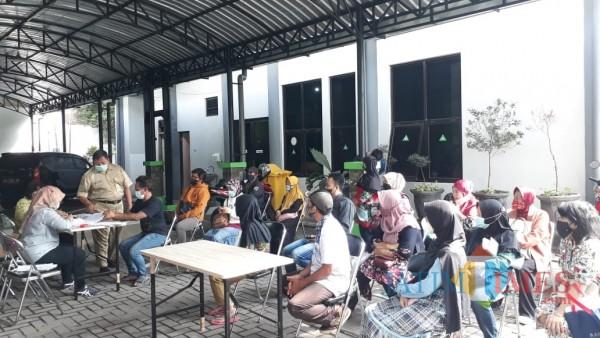 Para pelaku UMKM di Kota Malang yang sedang mengantre menerima bantuan jaring pengaman sosial. (Foto: Istimewa).