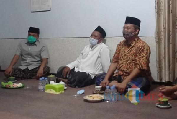 Arwani Thomafi (paling kiri) saat berbincang dengan pengasih Ponpes Roudlotul Muhsinin.(foto: Hendra Saputra/MalangTIMES)
