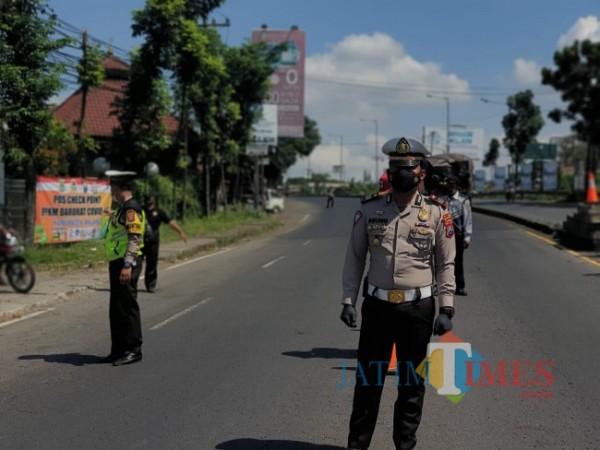 Kasatlantas Polres Malang AKP Agung Fitransyah saat memantau di pos penyekatan menuju Kabupaten Malang.