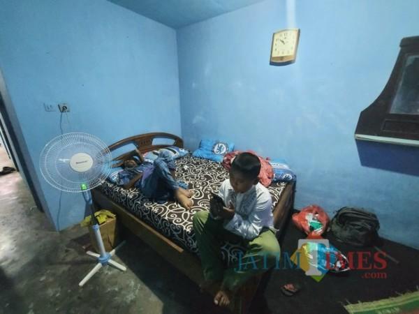 Kondisi Siswoyo (49) yang saat ini sudah berada di kediamannya dengan kondisi rumah tampak bersih dan kasur yang baru, Selasa (31/8/2021). (Foto: Tubagus Achmad/JatimTIMES)