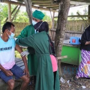 Jemput Bola, Nakes Puskesmas Yosomulyo Datangi Warga Disabilitas hingga di Sawah
