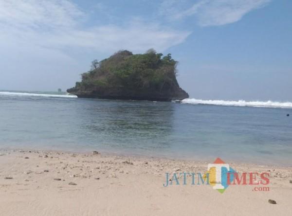 Pantai Teluk Asmara yang berada di Kabupaten Malang (foto: Hendra Saputra/ MalangTIMES)