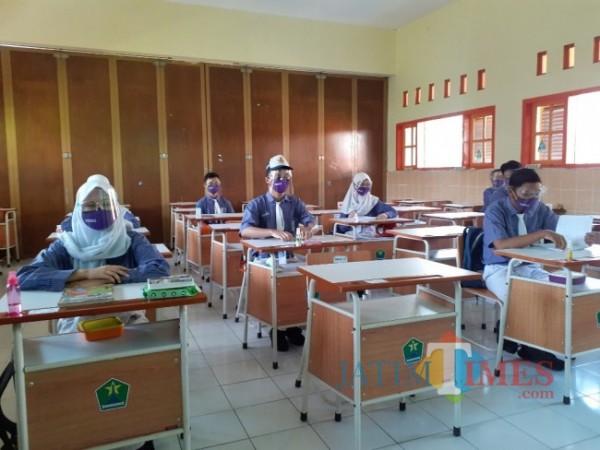Uji coba sekolah tatap muka di salah satu SMP di Kota Malang beberapa waktu lalu. (Arifina Cahyanti Firdausi/MalangTIMES).