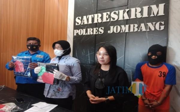 (kanan) Tersangka HRS saat ditangkap oleh Satreskrim Polres Jombang. (Foto : Adi Rosul / JombangTIMES)