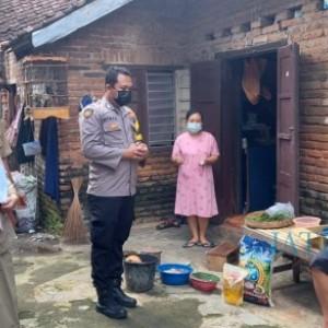 Bhabinkamtibmas Desa Yosomulyo dan 3 Pilar Team Gerebek Vaksin Layani Penyandang Disabilitas Door to Door