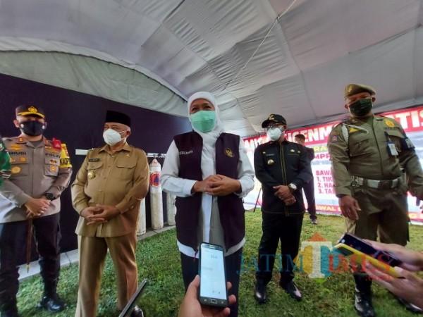 Gubernur Jawa Timur Khofifah Indar Parawansa saat melakukan kunjungan ke Bakorwil III Malang terkait pengisian oksigen gratis, Juli lalu. (Foto: Tubagus Achmad/JatimTIMES)
