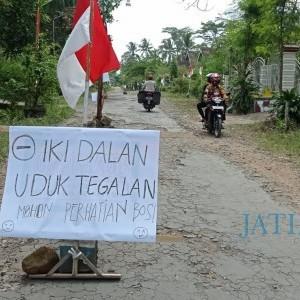 10 Tahun Dibiarkan Rusak, Warga Desa Ngrendeng Blitar Tanami Jalan dengan Pohon Pisang