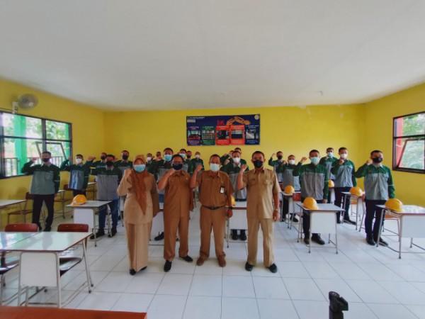 Kepala SMKN 1 Singosari Drs Imam M. MT bersama sejumlah staf pengajar dan siswa teknik pengelasan. (foto: Istimewa)