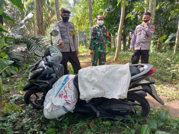 Polisi melakukan olah TKP di lokasi penemuan mayat wanita dalam karung dan pria gantung diri.(Foto : Humas Polres Blitar Kota)