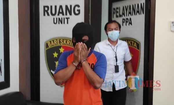 Tersangka HRS yang perkosa dua putri kandungnya saat digelandang ke Mapolres Jombang. (Foto : Adi Rosul JombangTIMES)