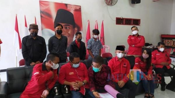 Dua remaja pelaku vandalisme bersama orangtua saat meminta maaf di kantor DPC PDI Perjuangan Kota Batu, Kamis (2/9/2021). (Foto: Irsya Richa/MalangTIMES)