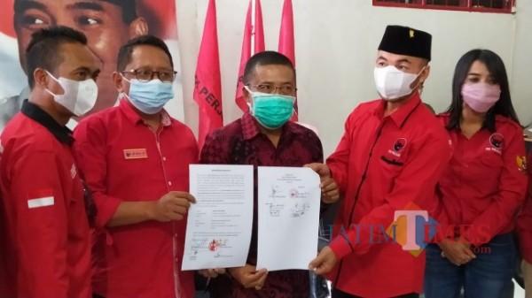 Ketua DPC PDI Perjuangan Kota Batu Punjul Santoso bersama pengurus saat menunjukkan surat perdamaian di kantor DPC PDI Perjuangan, Kamis (2/9/2021). (Foto: Irsya Richa/MalangTIMES)