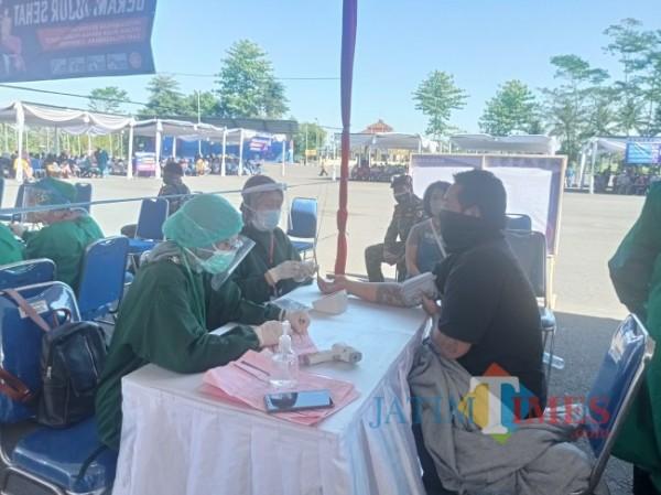 Vaksinasi masal yang diikuti masyarakat Kecamatan Kepanjen di Stadion Kanjuruhan, Minggu (25/7/2021). (foto: Hendra Saputra/MalangTIMES)